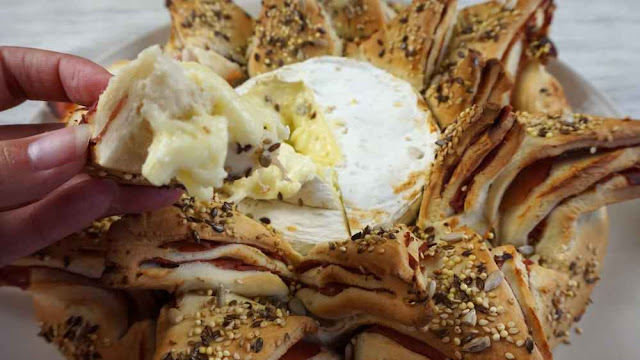 Pan estrella de jamón serrano y camembert