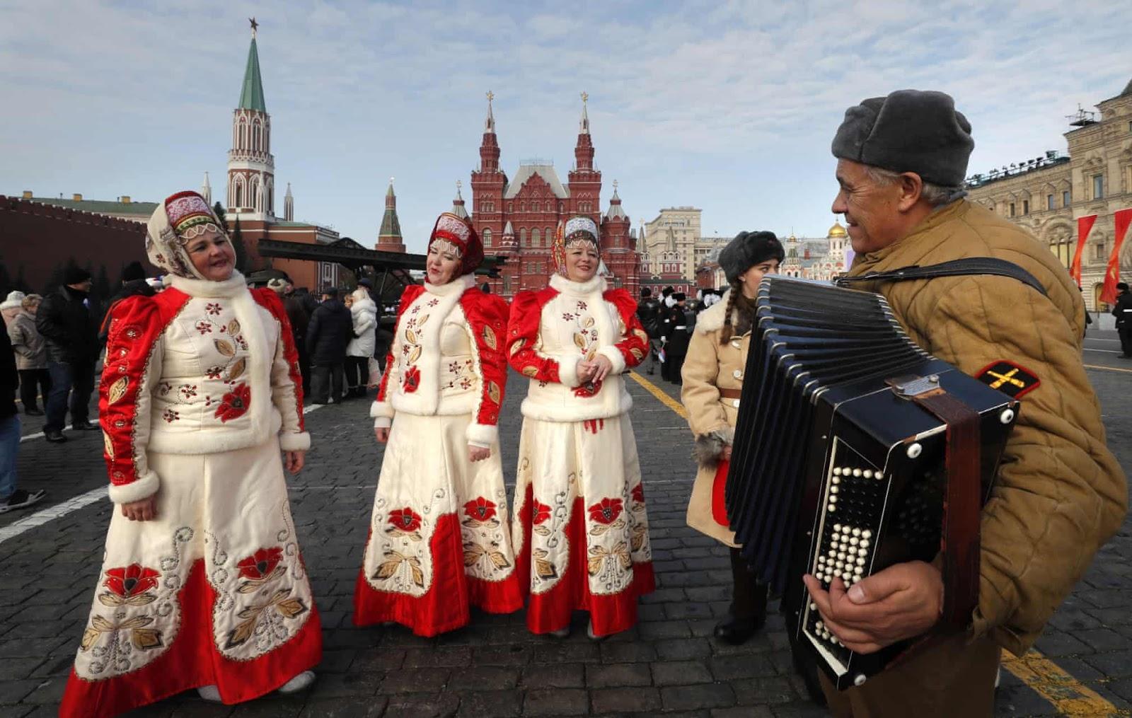 Ряжені беруть участь у параді на Червоній площі, відзначаючи річницю битви за Москву