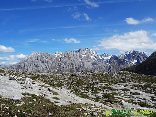 Ruta al Cantu Ceñal: Desde el Collado el Jito vista al Macizo de los Urrieles de Picos de Europa