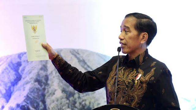 Ada Foto Jokowi di Sertifikat Tanah yang Dibagikan ke Warga Sukabumi