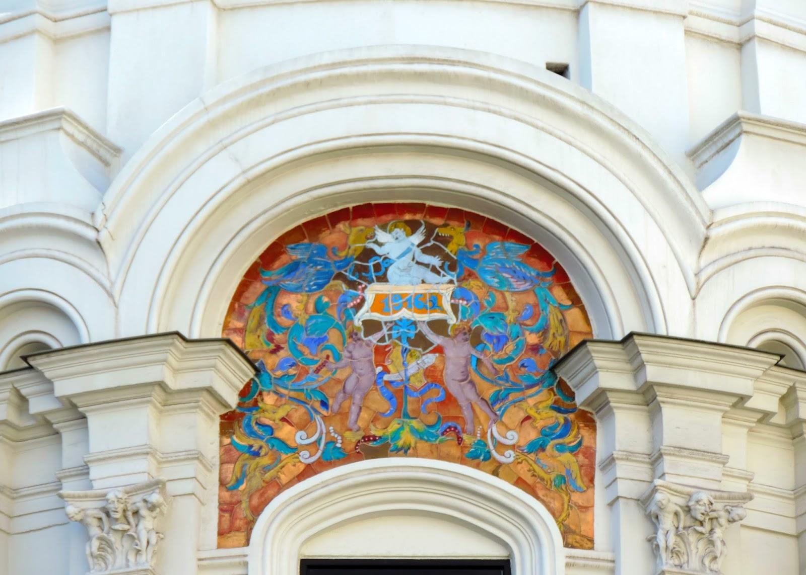 consta de dos inmuebles unidos en su planta baja por el vestbulo y el patio en su fachada destaca la rotonda de la esquina con la calle del