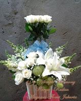 Rangkaian Vas Bunga Mawar Putih Cantik