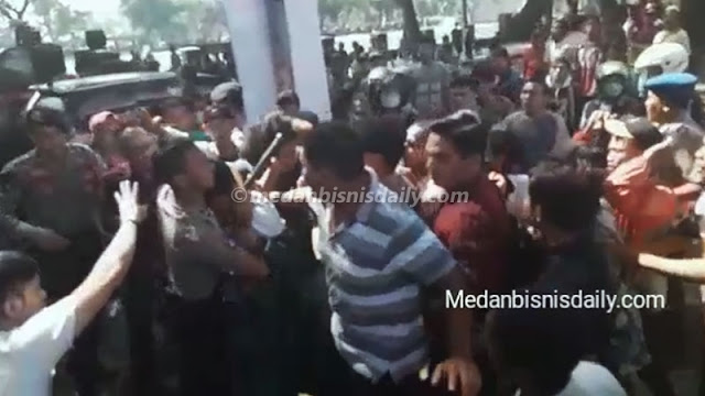 VIDEO: Demo Ricuh, Mahasiswa Berdarah Dipukuli Aparat