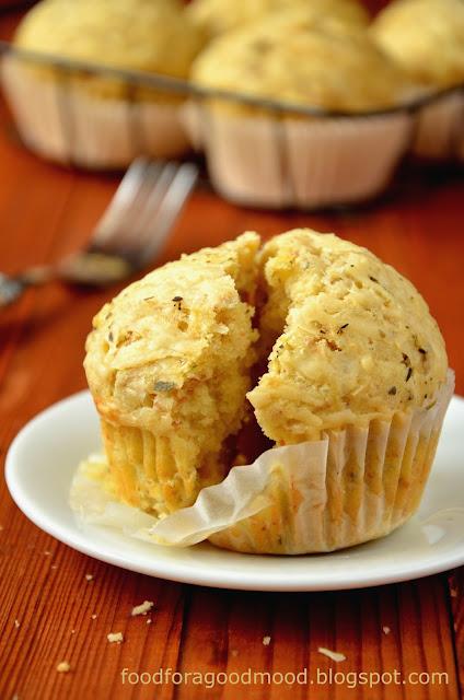 Ekspresowe w przygotowaniu wytrawne muffiny, świetnie komponują się z daniami z grilla, ale sprawdzą się też jako samodzielna przekąska, np. w plenerze :)