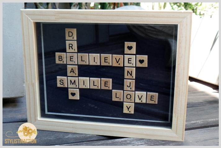 Cuadro con letras de scrabble formando palabras. Paso a paso post DIY by Stylistinaction. Cuadro terminado