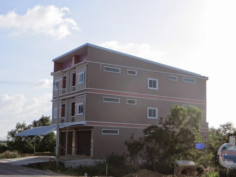 Большой трех этажный дом