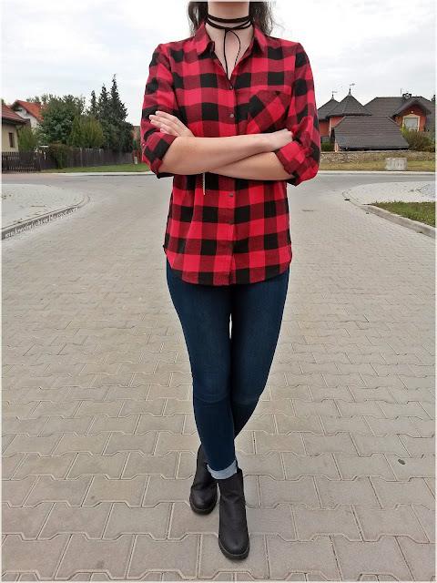 Koszula w czerwono-czarną kratę, jegginsy, czarne botki, czarny choker, bransoletki