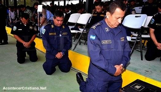 Policías hondureños orando