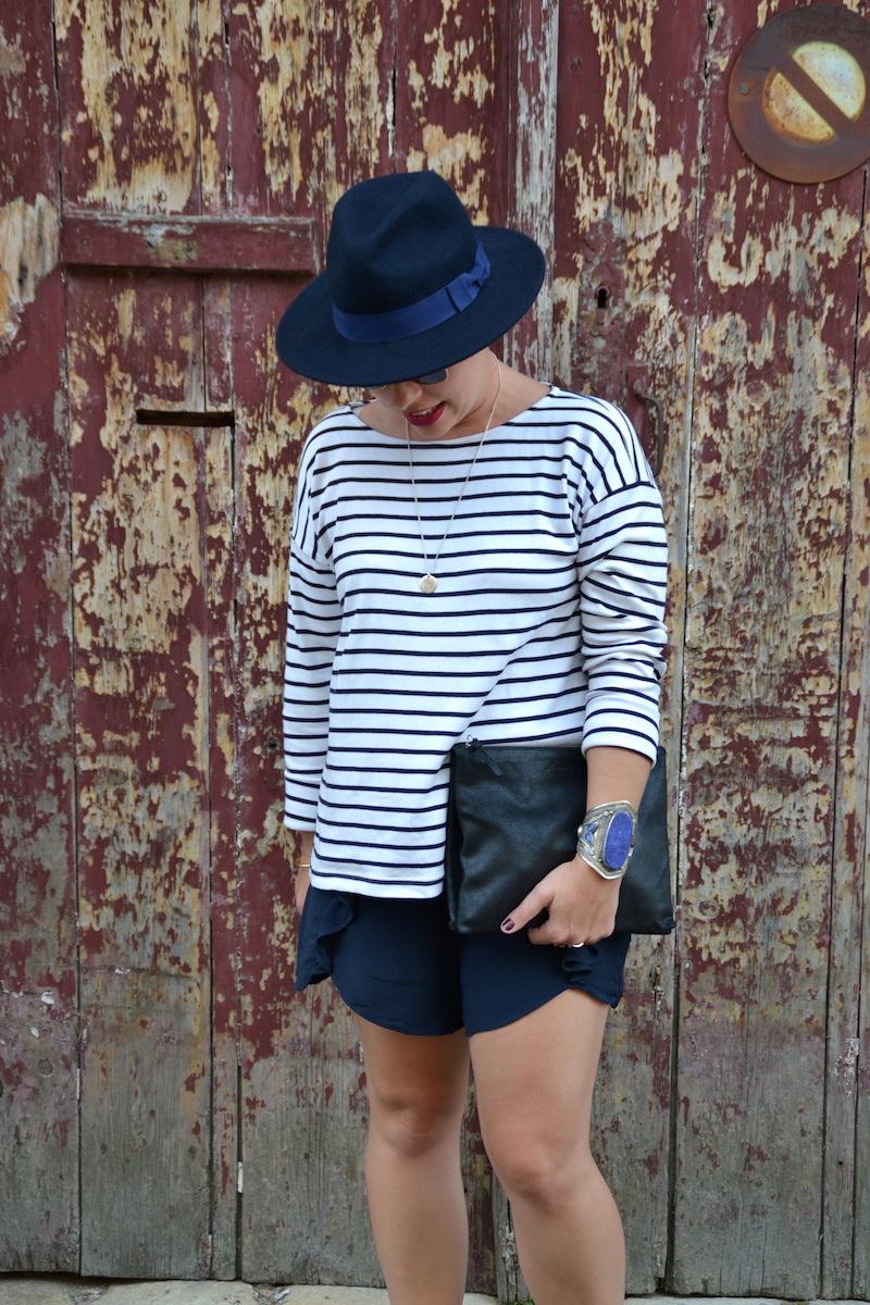 mariniére H&M, chapeau feutrine Aleane officiel, short bleu a volant H&M, pochette American Vintage, bracelet Bleu Lapis ebay