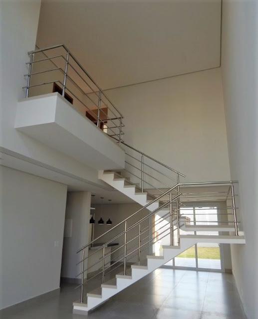 O mezanino deste sobrado é um alargamento da galeria que conduz aos dormitórios do pavimento superior, possuindo visão da sala de estar e configuração que possibilita receber um escritório informal.