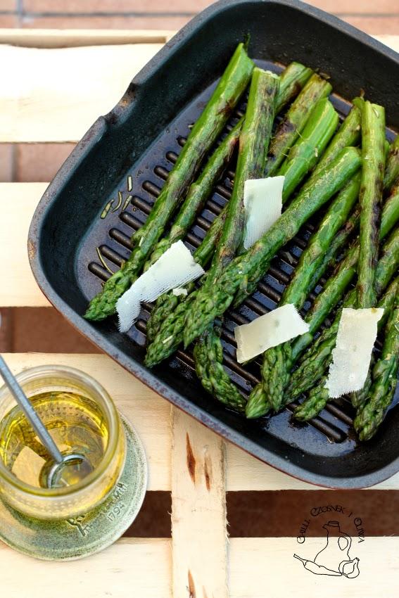 grillowane szparagi z parmezanem