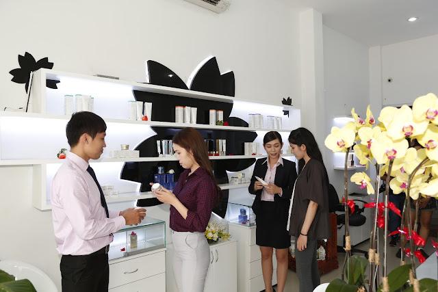 Các chuyên viên đang tư vấn sản phẩm cho khách hàng