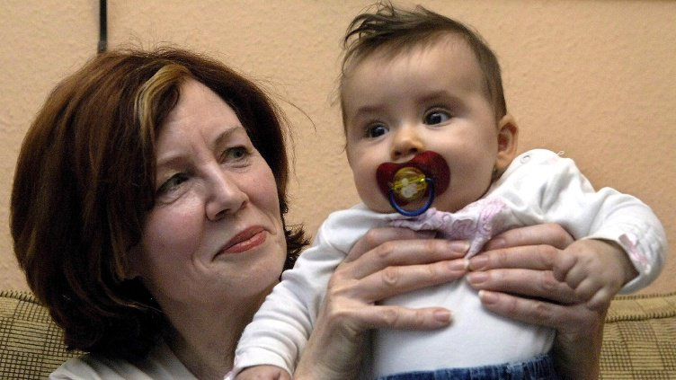 Luar Biasa!!! Nenek Ini Masih Mampu Melahirkan 4 Anak Kembar di Usia 65 Tahun