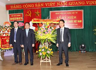 Công đoàn Xây dựng Việt Nam tặng hoa chúc mừng Bệnh viện