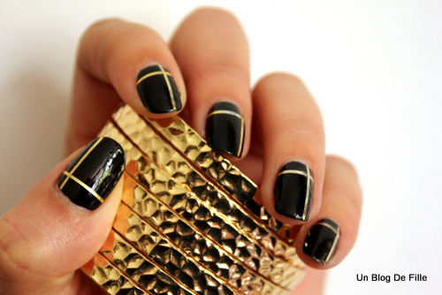 http://unblogdefille.blogspot.fr/2013/04/nail-art-black-and-gold-au-striping-tape.html