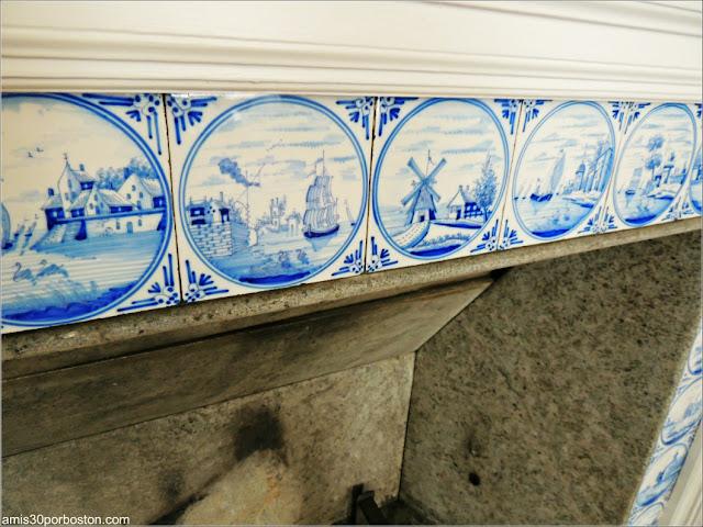 Azulejos de la Chimenea de la Doble Sala de Estar de la Mansión Ropes, Salem