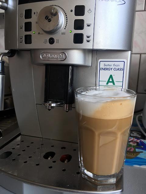 kawa latte machiatto ekpres delonghi i spienione mleko