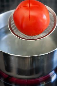 Ubaciti paradajz u ključalu vodu