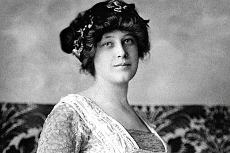 Annesi hastalanan Violet Constance Jessop (Rose), Royal Mail Line'da kamarot olarak işe girdi.