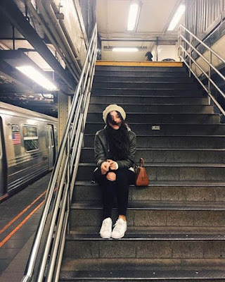 foto tumblr sentada en las escaleras del metro