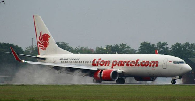 Logo Lion Parcel pada pesawat Lion Air.