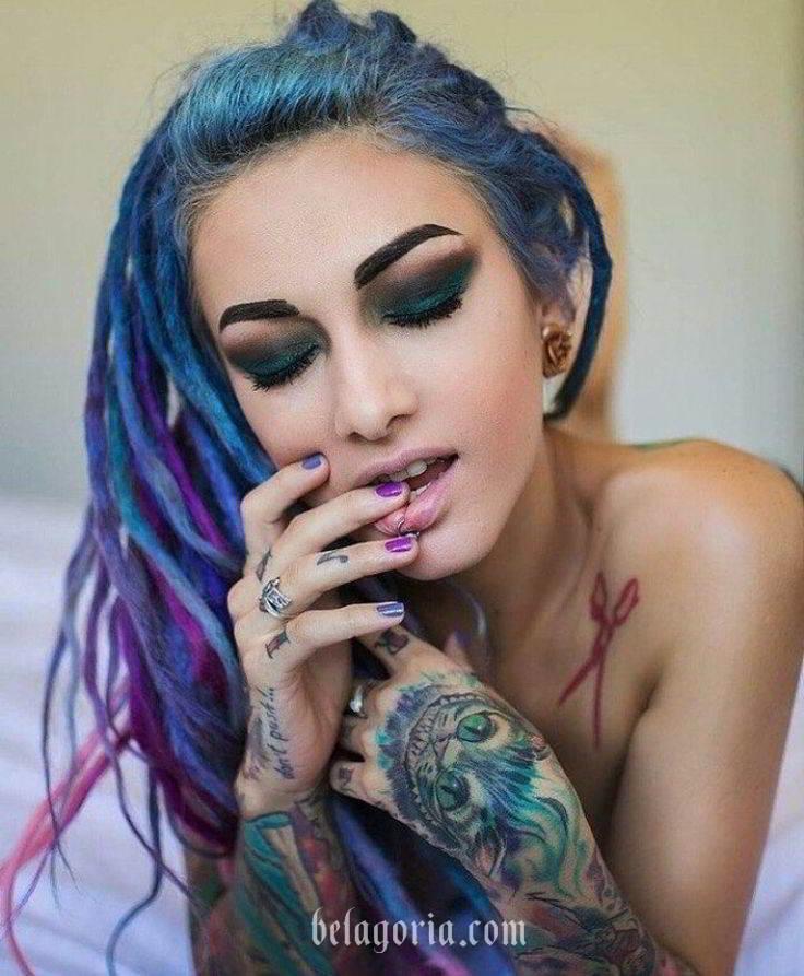 Foto de una mujer con tatuajes