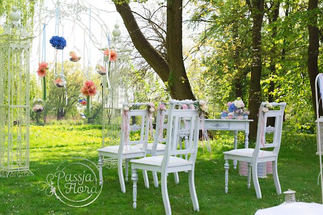 Brzoskwinia i błękit na plenerowym ślubie.