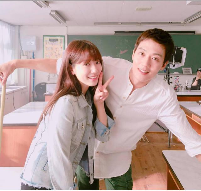 Keputusan yang tepat mengambil Kim Ra-Won sebagai guru juga kekasih Hye-Jung. FYI, dalam cerita ini mereka terpaut selisih umur 9 tahun, begitu juga di dunia nyata. Pria kelahiran 19 Maret 1981 ini sebetulnya ingin menjadi pemain basket profesional tapi takdir membawanya ke layar kaca. Hahaha takdir yang manis kan.