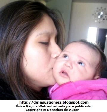 Foto de una mamá besando a su bebé niña. Foto de mamá y su bebé de Jesus Gómez