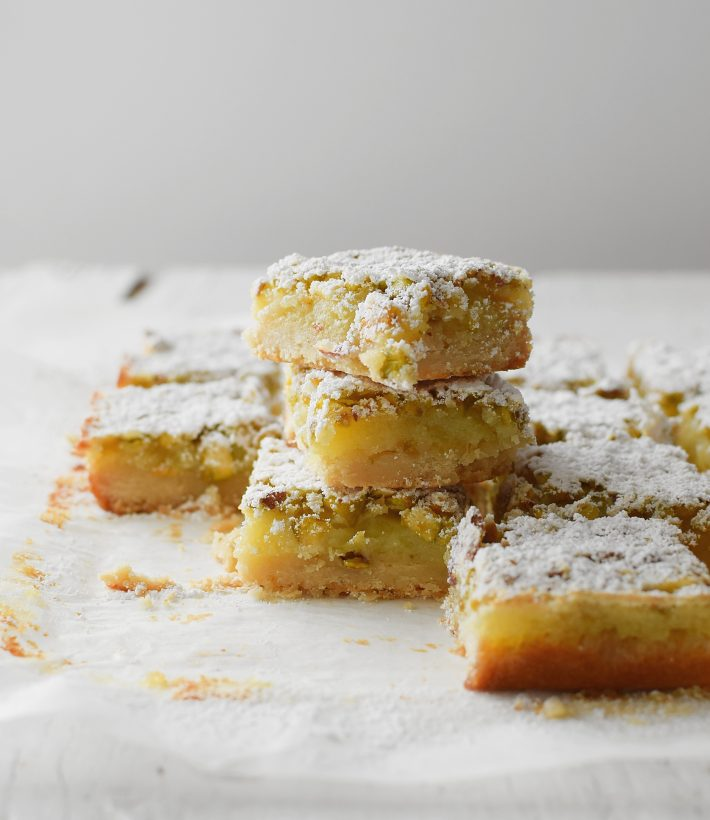 Barritas de limón con pistachos, la base de masa quebrada se aromatiza con romero, son fáciles y deliciosas