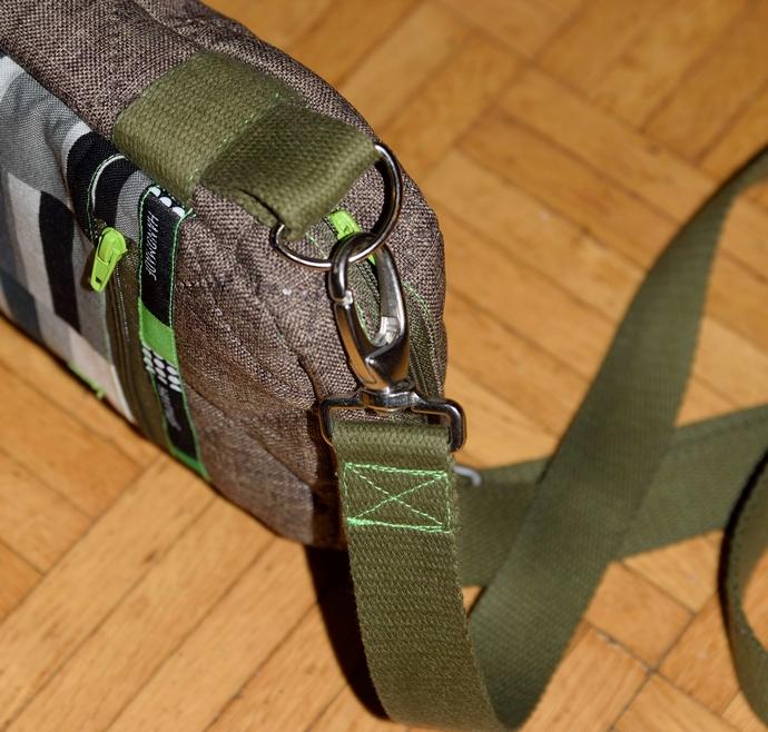 Nahaufnahme des Gurtbandes befestigt mit Karabiner und D-Ring an einer Gurtbandschlaufe