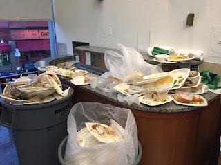 хранителни пластмасови боклуци офис парти чинийки чашки прибори