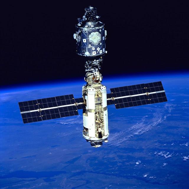 Sau Zarya, module Unity của Hoa Kỳ được thêm vào ISS. Đây là hình ảnh hai module Zarya và Unity cùng ISS. Credit : NASA.