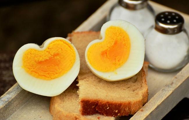 Uova sode tagliate a metà a forma di cuore