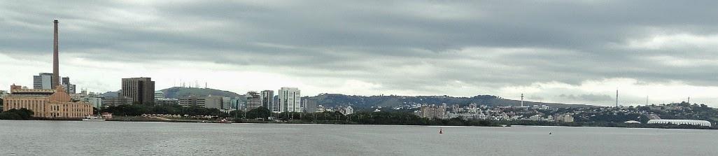 Porto Alegre vista do Lago Guaíba - Usina do Gasômetro, à esquerda. Parque da Harmonia e Parque Marinha. Estádio Beiro-Rio, à direita.
