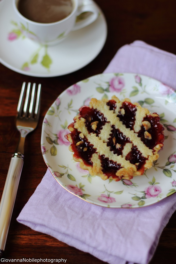 Crostatine con confettura di ciliegie