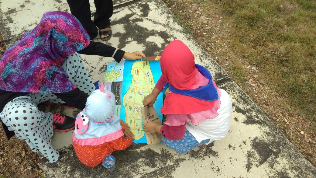 Anak dan orang tua sibuk dalam permainan Treasure Hunt