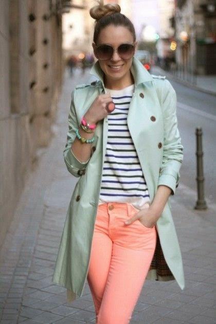 calças laranja e trench-coat verde