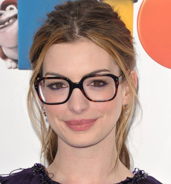 Maquiagem é realmente algo maravilhoso e muitas meninas que usam óculos tem dificuldade de escolher uma make para combinar com o acessório. Mas a forma como você usa a make faz toda a diferença dependendo da ocasião. Aqui você vai encontrar 10 ideias de makes incríveis para você arrasar com os seus óculos sempre.