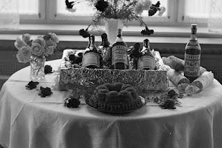 Geburtstagstisch mit Geschenken - Ausschnitt, Glasnegativ 1930-1942
