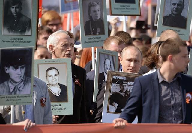 """Vladimir Putin, chefiou a ação """"Regimento Imortal"""" na Praça Vermelha em Moscou"""