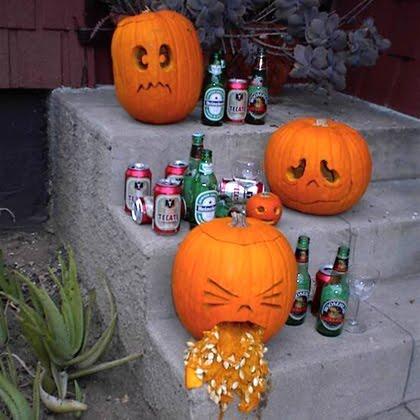 декорация за Хелоуин с тикви и бирени бутилки