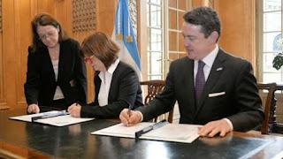 El funcionario norteamericano firmó un acuerdo con la ministra de Seguridad, Patricia Bullrich, y los embajadores Noah Mamet y Martín Lousteu que ayudará a acelerar los trámites que realizan los argentinos que viajan a los EEUU.