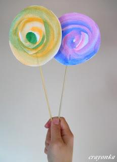 gotowe dwa lizaki namalowane farbą