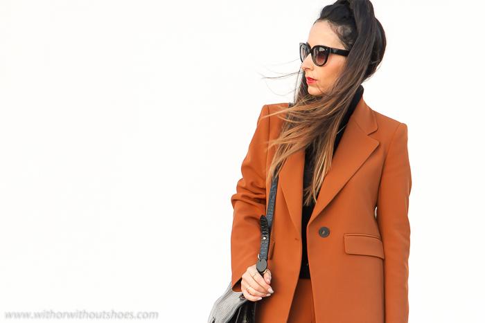 Blogger de moda valenciana con producto para no perder el telefono móvil en el bolso