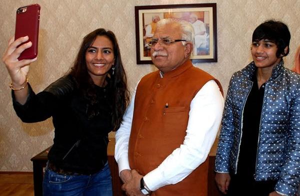 हरियाणा की इन महिला पहलवानों की जीवनी पर बनी फिल्म दंगल, CM संग ली सेल्फी