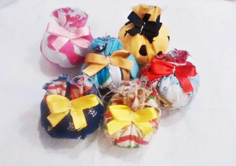 Bolas de natal feitas com retalhos