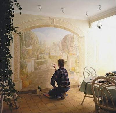 Pintando una obra artistica en la pared
