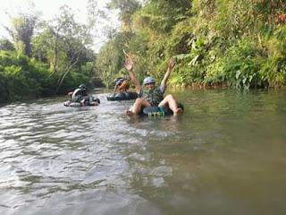 Surianto dkk saat menjajal River Tubing Tajinan, Malang