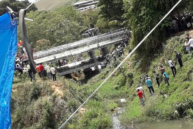 Fiéis ficam feridos após parte de ponte ceder em Laranjal